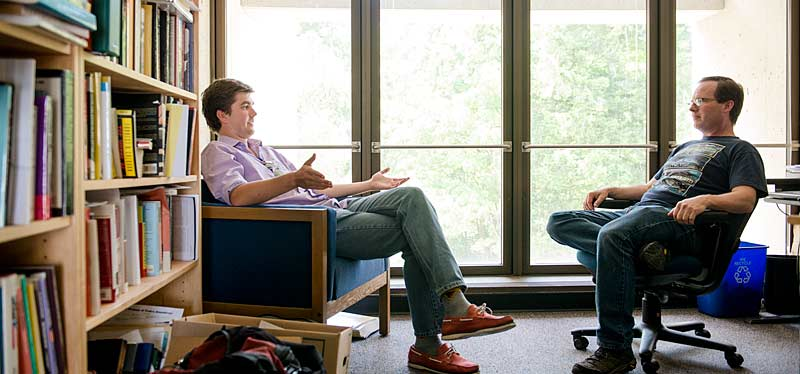 Faculty Tom Womeldorff talks with one of his students about his evaluation