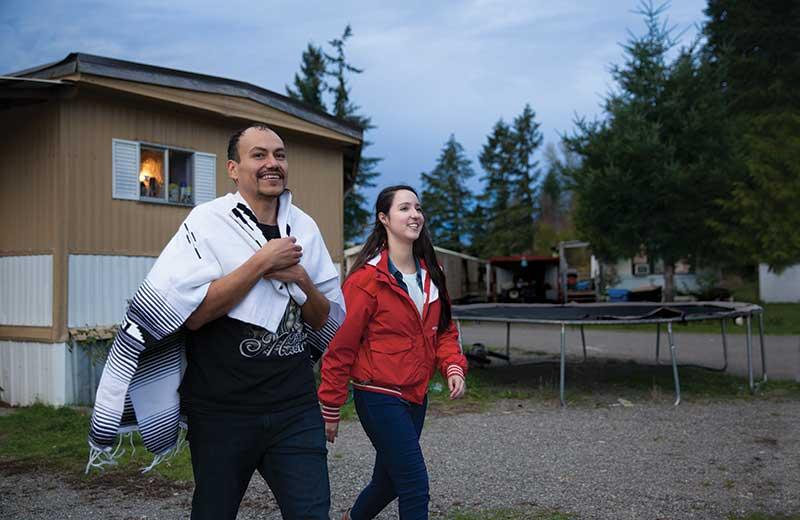 Melanie White '14 and tutor Eder Nuñez '17 go house to house in the Hillside community of Centralia, encouraging people to sign up for literacy classes.